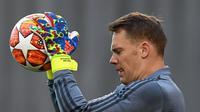 Kiper Bayern Munchen, Manuel Neuer menangkap bola saat mengikuti latihan tim di Munich, Jerman selatan (12/3). Pada leg pertama Munchen berhasil menahan imbang Liverpool 0-0 di Anfield Stadium. (AFP Photo/Christof Stache)
