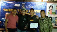 Atep usai mendapat penghargaan foto bareng bersama Tantan, Doel Sumbang, dan pengurus Viking, Dadan Garenk. (Bola.com/Erwin Snaz)