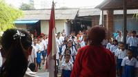 Melihat Keduanya gigih memperbaiki nasib anak jalanan dan anak marginal lewat sekolah gratis.