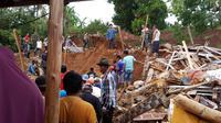 Tiga rumah di Purwakarta tertimbun longsor, 2 meninggal, 2 hilang, dan 5 luka. (Liputan6.com/Abramena)