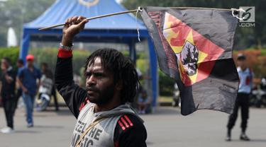 Salah satu pemuda Papua saat aksi di kawasan depan Istana Negara, Jakarta, Kamis (2/8). Aksi ini untuk memperingati 49 tahun penentuan pendapat rakyat (Pepera) 1969. (Liputan6.com/Helmi Fithriansyah)