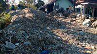 Timbunan sampah di pelataran rumah warga Desa Gampingan, Pagak, Malang. Seluruhnya adalah sampah impor limbah produksi perusahaan (Liputan6.com/Zainul Arifin)
