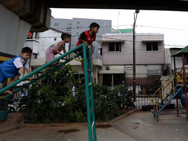 Anak-anak bermain di RPTRA Madusela, Jakarta, Senin (12/11). Pemkot DKI Jakarta menghentikan pembangunan RPTRA akan tahun 2019, pembangunan sebagian RPTRA menggunakan dana APBD DKI dan hanya dianggarkan sampai APBD 2018. (Liputan6.comm/Johan Tallo)