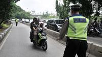 Polisi memberhentikan sepeda motor yang melintasi jalur bus Transjakarta di Jalan Yos Sudarso, Jakarta, Senin (21/1). Razia ini sekaligus meningkatkan kedisiplinan dalam berkendara. (Merdeka.com/Iqbl Nugroho)