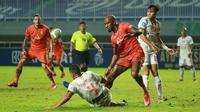 Pemain Persija Jakarta, Yann Motta (kiri) berebut bola dengan pemain Persiraja Banda Aceh, Paulo Henrique dalam laga pekan ke-6 BRI Liga 1 2021/2022 di Stadion Pakansari, Bogor, Sabtu (10/2/2021). Persija menang 1-0. (Bola.com/M Iqbal Ichsan)