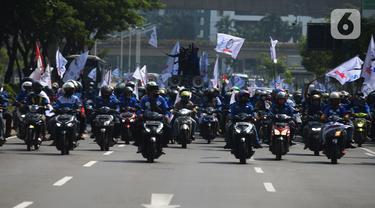 Massa dari elemen Serikat Buruh Sejahtera Indonesia (SBSI) dengan membawa atribut menuju gedung DPR/MPR, Jakarta, Kamis (8/10/2020). Mereka berencana demonstrasi di depan gedung DPR menolak pengesahan Omibus Law atau Undang-undang Cipta Kerja. (merdeka.com/Imam Buhori)