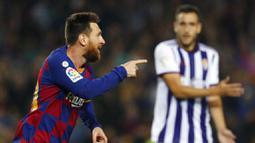 Striker Barcelona, Lionel Messi, melakukan selebrasi usai membobol gawang Real Valladolid pada laga La Liga 2019 di Stadion Camp Nou, Selasa (29/10). Barcelona menang 5-1 atas Real Valladolid. (AP/Joan Monfort)
