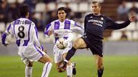 Zinedine Zidane berebut bola dengan pemain Real Valladolid Javi Torres dan Sales dalm pertandingan persahabatan 11 November 2003. (AFP PHOTO / Pierre-Philippe Marcou)
