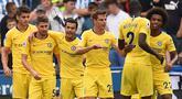 Para pemain Chelsea merayakan gol yang dicetak oleh Jorginho ke gawang Huddersfield Town pada laga Premier League di Stadion John Smith's, Sabtu (11/8/2018). Chelsea menang 3-0 atas Huddersfield Town. (AFP/Oli Scarff)