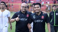 Pelatih baru Persijap, Fabio Oliveira (kiri), bersama manajer tim Arif Setiadi. (Bola.com/Official Persijap Jepara)