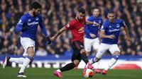 Gelandang Manchester United, Bruno Fernandes, berusaha melewati pemain Everton pada laga Premier League di Stadion Goodison Park, Minggu (1/3/2020). Kedua tim bermain imbang 1-1. (AP/Jon Super)