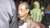 Jokowi menicum tangan mantan Presiden KH Abdurahman Wahid (Dok Blontank Poer)