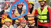 Foto korban (dilingkari) sebelum terjun ke sungai untuk menikmati river tubing bersama teman-temannya di Tlogosari, Bondowoso, Jawa Timur. (Foto: Istimewa/Radar Jember/Jawa Pos Group)