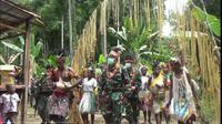 Satgas Pamtas RI-PNG Yonif Mekanis Raider 413 Bremoro berikan hadiah gereja kepada warga Perbatasan RI-PNG tepatnya di Kampung Kufu, Distrik Arso Timur Kabupaten Keerom, jelang Natal. (Liputan6.com/Pen Satgas Yonif Mekanis Raider 413/Bremoro)