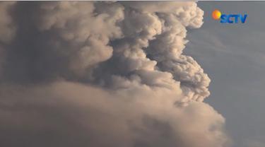 Dua kepulan asap Gunung Agung yang keluar pada Selasa (28/11) pagi diduga berasal dari dua pipa magma yang berbeda.