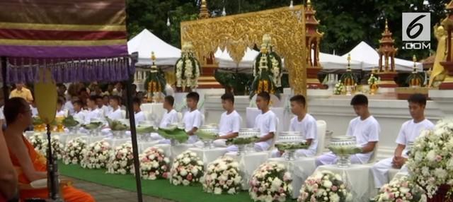 Sebanyak 12 anak yang sempat terjebak pada sebuah gua di Thailand diproses menjadi novis Buddha. Novis adalah sebutan bagi calon imam atau biksu.