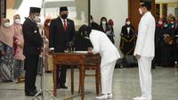 Gubernur Jawa Barat Ridwan Kamil melantik dan mengambil sumpah lima kepala daerah terpilih hasil Pemilihan Kepala Daerah (Pilkada) Serentak 2020 di Gedung Merdeka, Kota Bandung, Jumat (26/2/2021). (Foto: Humas Jabar)