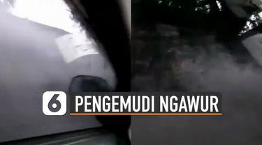 Aksi tidak terpuji dilakukan oleh pengendara mobil ini karena melewati genangan air dengan kecepatan tinggi. Membuat muncratan air mengenai toko-toko dan becak-becak di pinggir jalan.
