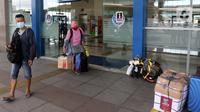 Penumpang berjalan di Terminal Terpadu Pulo Gebang, Jakarta, Kamis (11/2/2021). Berdasarkan data Dishub hingga pukul 14.00 WIB, Terminal Terpadu Pulo Gebang telah memberangkatkan 466 pemudik menuju luar Jakarta. (Liputan6.com/Herman Zakharia)