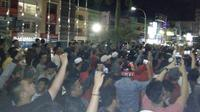 Ribuan massa mendesak hotel yang memasang hiasan Natal kontroversi segera ditutup. (Bangun Santoso/Liputan6.com)