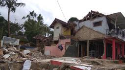 Kondisi rumah yang hancur akibat gempa Banten di Citalahab, Desa Melasari, Nanggung, Bogor, Rabu (24/1). Sebanyak 464 unit bangunan termasuk satu sekolah, satu masjid, dan dua mushola rusak parah akibat gempa. (Liputan6.com/Ahmad Sudarno)