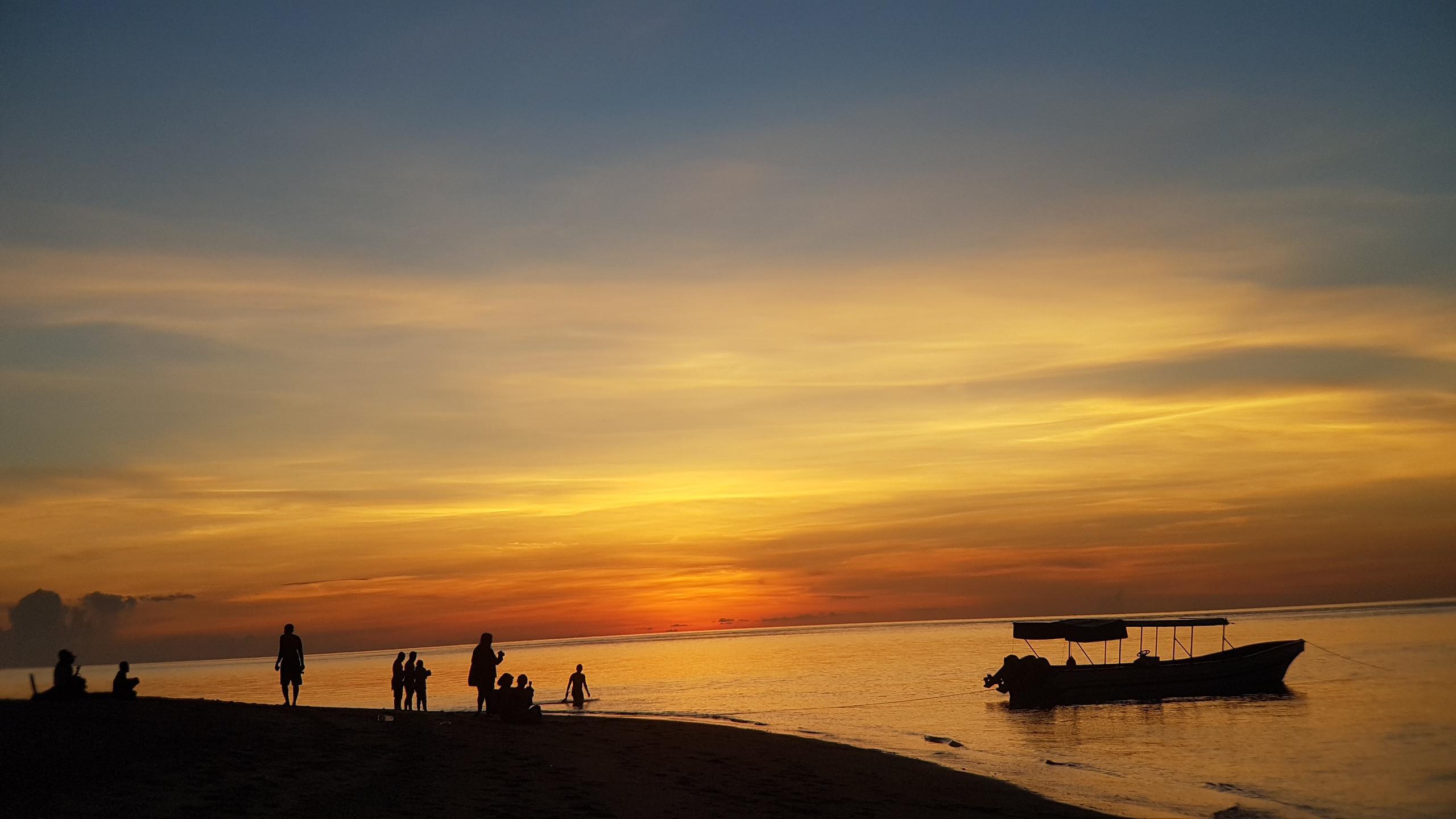 Menyaksikan matahari terbenam dari Pulau Hatta di Kecamatan Banda, Banda Neira, Maluku. (Liputan6.com/Aditya Eka Prawira)