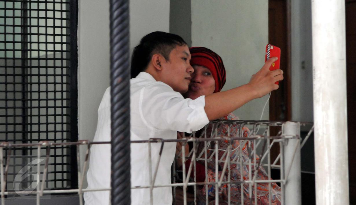 Dorce Gamalama berpose bersama Hengky Kawilarang jelang sidang lanjutan di Pengadilan Negeri Jakarta Selatan, Kamis (23/7/2015). Hengky terlibat penggelapan arisan dengan korban Jeng Ana (Liputan6.com/ Panji Diksana)