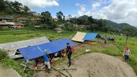 Warga Pamijahan Bogor Bangun Tenda Darurat di tengah Sawah demi menghindari gempa susulan.