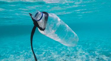 [Fimela] Ilustrasi Sampah Plasti di Laut