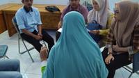 Tim YLBHI-LBH Banda Aceh mengunjungi NI (31) di LP (Liputan6.com/Rino Abonita)