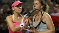 Petenis putri Jerman, Anna-Lena Friedsam, tidak kuasa menahan tangis usai tersingkir dari Australia Open 2016 (Reuters)