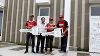 Peraih emas Olimpiade Rio 2016, Tontowi Ahmad dan Liliyana Natsir, menerima hadiah rumah yang diserahkan oleh Direktur Program Bhakti Olahraga Djarum Foundation,Yoppy Rosimin (kanan), di Graha Padma, Semarang, Kamis (1/9/2016). (Bola.com/Arief Bagus)