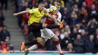 Bek Arsenal, Rob Holding, berebut bola dengan striker Watford, Richarlison, pada laga Preimer League di Stadion Emirates, Minggu (11/3/2018). Arsenal menang 3-0 atas Watford. (AP/Matt Dunham)