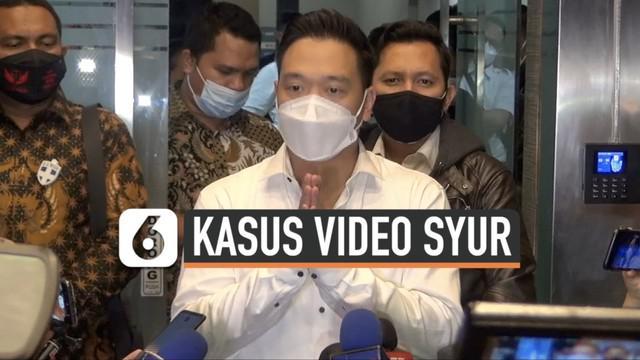 Michael Yukinobu Defretes jalani pemeriksaan di Polda Metro Jaya sekitar 11 Jam sebagai tersangka kasus video syur bersama Gisel. Usai diperiksa, Senin (4/1) malam Michael memberikan pernyataan depan awak media.