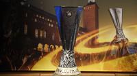 Trofi Liga Europa dipamerkan dalam Drawing 16 besar. (PHILIPPE DESMAZES / AFP)