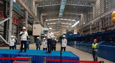 Menperin, Agus Gumiwang Kartasasmita Dan Dirut PT Krakatau Steel Di Pabrik KSM-2. (Kamis, 25/03/2021). (Liputan6.com/Yandhi Deslatama).