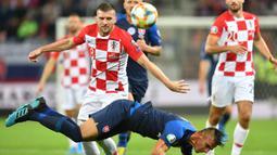 Gelandang Kroasia, Ante Rebic, berebut bola dengan gelandang Slowakia, Martin Maljent, pada laga Kualifikasi Piala Eropa 2020 di Trnava, Jumat (6/9). Slowakia kalah 0-4 dari Kroasia. (AFP/Joe Klamar)
