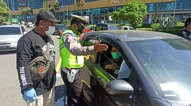 Penyekatan pengendara saat PPKM Darurat di Jatim. (Dian Kurniawan/Liputan6.com)