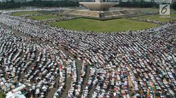 Umat muslim melaksanakan salat Jumat saat Aksi Bela Palestina di Kawasan Monas, Jakarta, Jumat (11/5). Aksi tersebut sebagai penolakan atas keputusan pemerintah AS yang memindahkan Kantor Kedubes AS untuk Israel ke Yerusalem. (Liputan6.com/Arya Manggala)