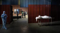 Jenazah korban COVID-19 menunggu untuk dikremasi di New Delhi, India, Senin (19/4/2021). India melaporkan lebih dari 15 juta infeksi COVID-19, kedua terbesar setelah Amerika Serikat. (AP Photo/Manish Swarup)