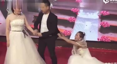 wanita datang ke pernikahan mantan pakai gaun pengantin