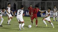 Striker Timnas Indonesia U-16, Ahmad Athallah, berusaha melewati pemain Brunei Darussalam pada laga babak Kualifikasi Piala AFC U-16 2020 di Stadion Madya, Jakarta, Jumat (20/9). Indonesia menang 8-0 atas Brunei. (Bola.com/Yoppy Renato)