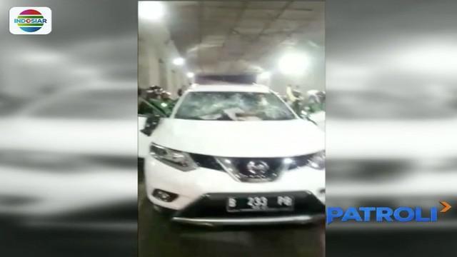 Nampak salah satu pengemudi ojek online itu menaiki mobil korban untuk melerai aksi anarkistis rekan-rekannya.