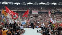 Jokowi kembali melakukan Salam 2 Jari di setiap kesempatan di atas panggung (Liputan6.com/Herman Zakharia)