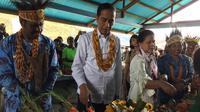 Presiden Jokowi dan Ibu Negara Iriana Jokowi Saat Berkunjungi ke Pasar Irai, Kabupaten Pegunungan Arfak, Papua Barat, Minggu (27/10/2019). (Foto: Lizsa Egeham/Liputan6.com)