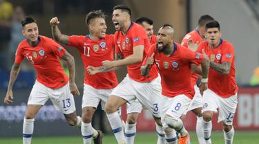 Gelandang timnas Cile, Arturo Vidal bersama rekan setimnya merayakan gol hasil tendangan penalti ke gawang Kolombia pada perempat final Copa America 2019 di Arena Corinthians, Jumat (29/6/2019). Cile melaju ke semifinal setelah menundukkan Kolombia, 5-4, lewat adu penalti. (AP/Andre Penner)
