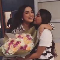 Ashanty mendapat ciuman mesra dari Aurel Hermansyah (Instagram/@suwarsiha)