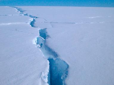 Dalam foto selebaran 1 Oktober 2019 memperlihatkan kondisi pecahan gunung es yang dikenal sebagai 'Loose Tooth' atau gigi yang tanggal di lapisan es Amery, Antartika. Gunung es bernama D-28 itu terpisah dari lapisan es Amery pada 26 September lalu. (Richard COLEMAN/AUSTRALIAN ANTARCTIC DIVISION/AFP)