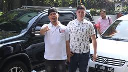Seniman, Dhani Ahmad Prasetyo (kiri) jelang membuat pelaporan tentang dugaan persekusi di Bareskrim Mabes Polri Gedung KKP, Jakarta, Jumat (19/10). Dhani Ahmad merasa mendapat perlakuan persekusi saat berada di Surabaya. (Liputan6.com/Helmi Fithriansyah)