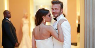 David Beckham dan Victoria Beckham tampil kompak dengan putih-putih di red carpet Met Gala. Mesra banget ya! (REX/Shutterstock/HollywoodLife)